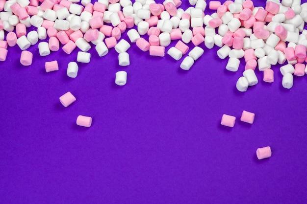 Eibisch ausgebreitet auf violettem papierhintergrund Premium Fotos