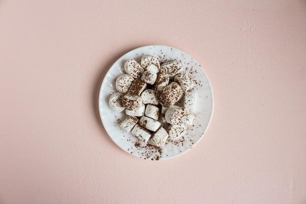 Eibische wischten mit kakao auf weißer platte ab Kostenlose Fotos