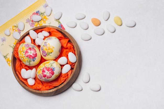 Eier blume auf tablett verziert Kostenlose Fotos