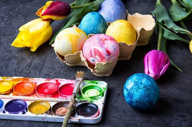 Eier für die osterzeit färben Premium Fotos