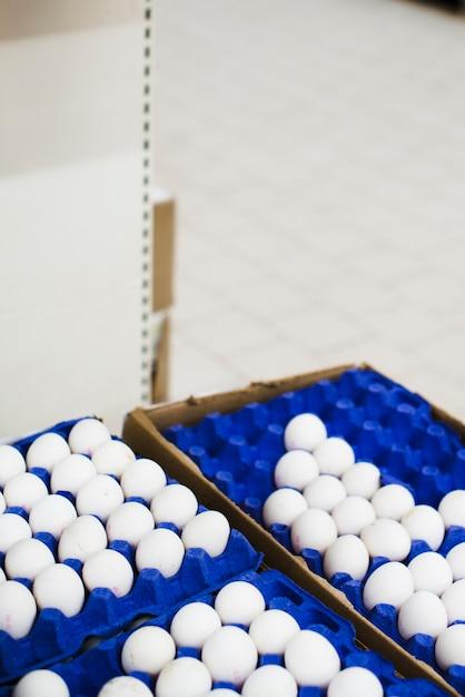 Eier in tabletts im laden ausgebreitet Kostenlose Fotos