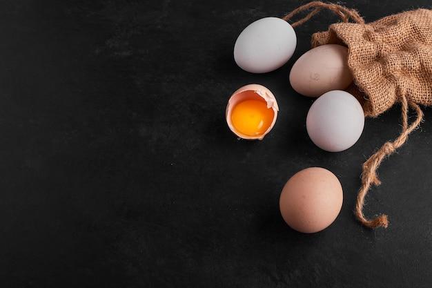 Eier verteilen sich aus dem rustikalen paket. Kostenlose Fotos