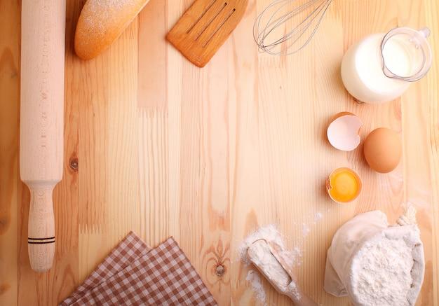 Eiermehlmilch und wischen auf einem hölzernen hintergrund Premium Fotos