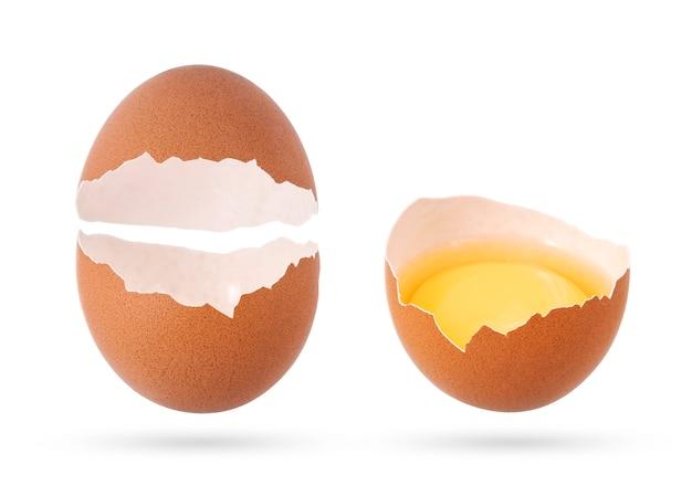 Eierschale und defektes leeres ei lokalisiert Premium Fotos