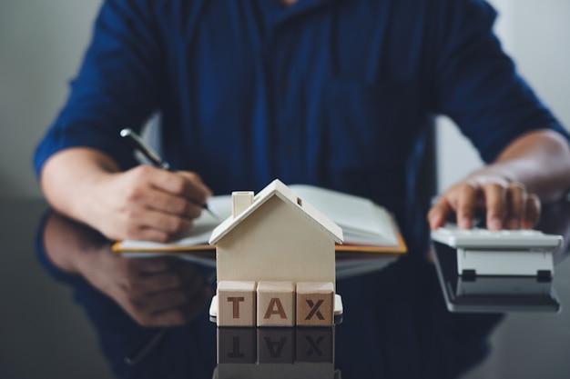 Eigentümer, der auf der jährlichen steuerberechnung sitzt Premium Fotos
