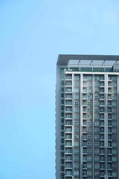 Eigentumswohnungsdetailteil auf halb blauem himmel mit sonnenlicht Premium Fotos