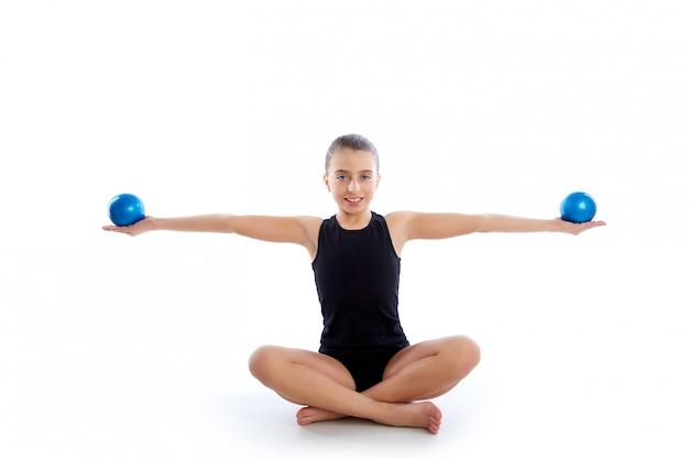 Eignung gewichtete pilates-bälle-kindermädchenübung Premium Fotos