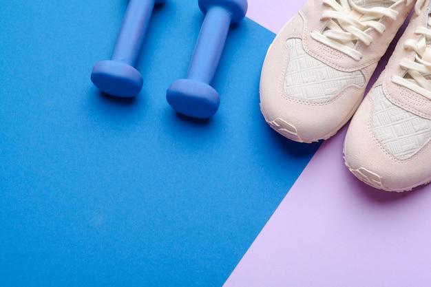 Eignungs-turnhallenausrüstung auf farbhintergrund Premium Fotos