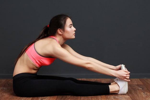 Eignungsfrau, die übungen ausdehnend tut Premium Fotos