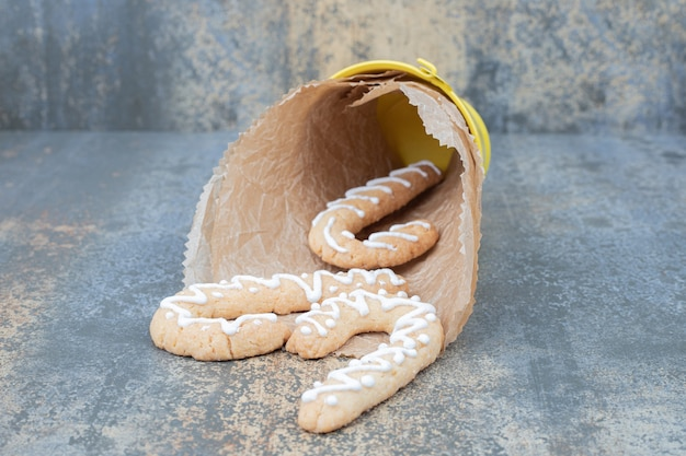 Eimer mit lebkuchen auf marmortisch. hochwertiges foto Kostenlose Fotos