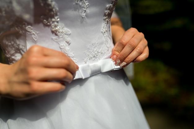 Ein abschluss oben eines brautkleides mit einem großen silk bogen Premium Fotos