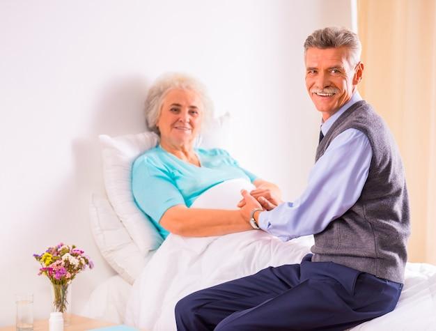 Ein älterer mann besuchte seine großmutter in der klinik. Premium Fotos