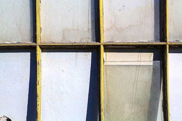 Ein altes und zerbrochenes fenster in einem verlassenen gebäude Premium Fotos