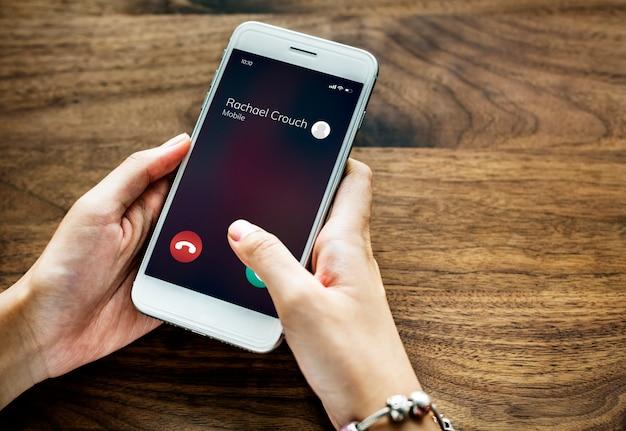 Ein anrufendes mobiltelefon Kostenlose Fotos