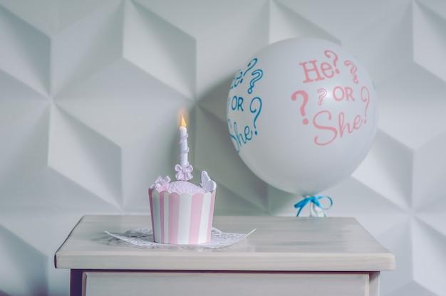 Ein ballon mit einem kleinen geburtstagskleinen kuchen. Premium Fotos