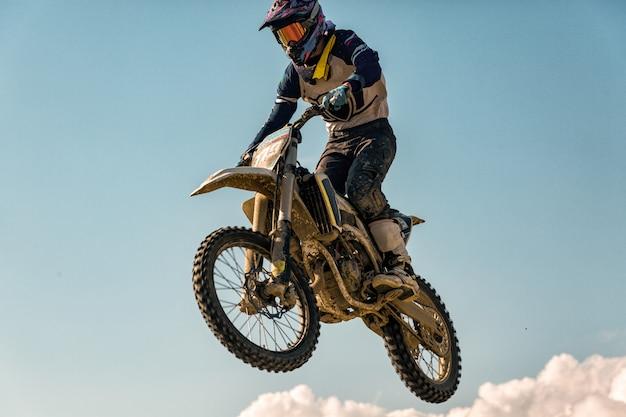Ein bild von einem biker, der einen stunt macht und in die luft springt Premium Fotos