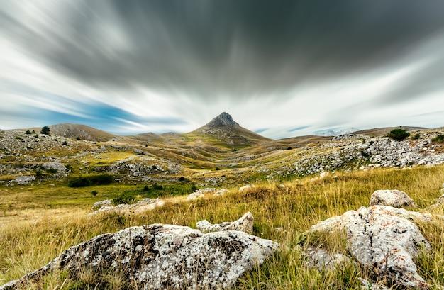 Ein blick aus den bergen der abruzzen (italien) in der nähe von campo imperatore. ein wunderschöner ort, ein bekanntes ziel für touristen und filmkulissen. Premium Fotos