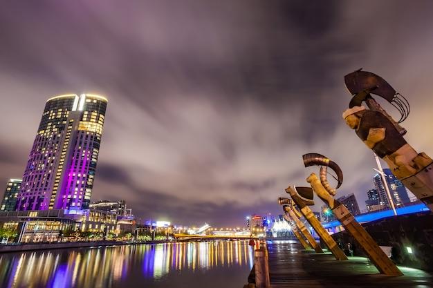Ein blick über den yarra river am wahrzeichen von melbourne downtown während der stadt ni Premium Fotos