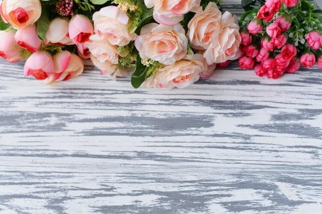 Ein blumenstrauß mit rosa rosen blüht auf einem hellen ländlichen hintergrund Premium Fotos
