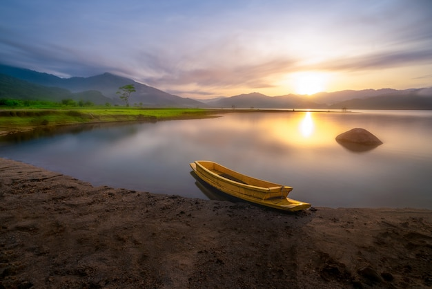 Ein boot im stausee mit wunderschöner landschaft Premium Fotos