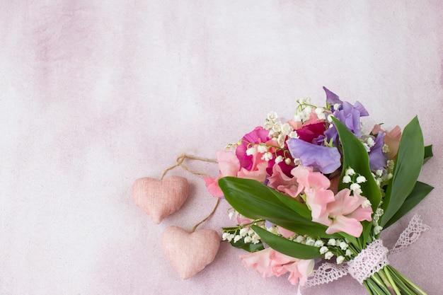 Ein bouquet von erbsen und maiglöckchen Premium Fotos