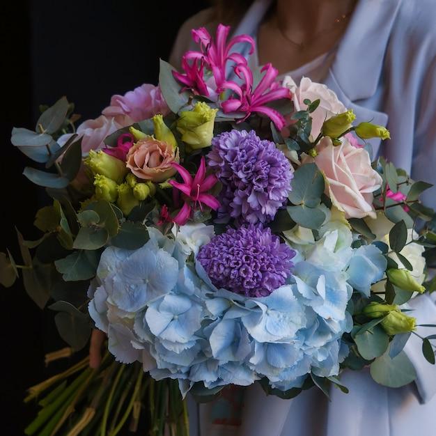 Ein bunter strauß aus nelken, rosen, windblumen und glasschlacken Kostenlose Fotos