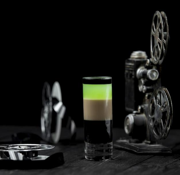 Ein buntes alkoholcocktail auf einer rustikalen tabelle. Kostenlose Fotos