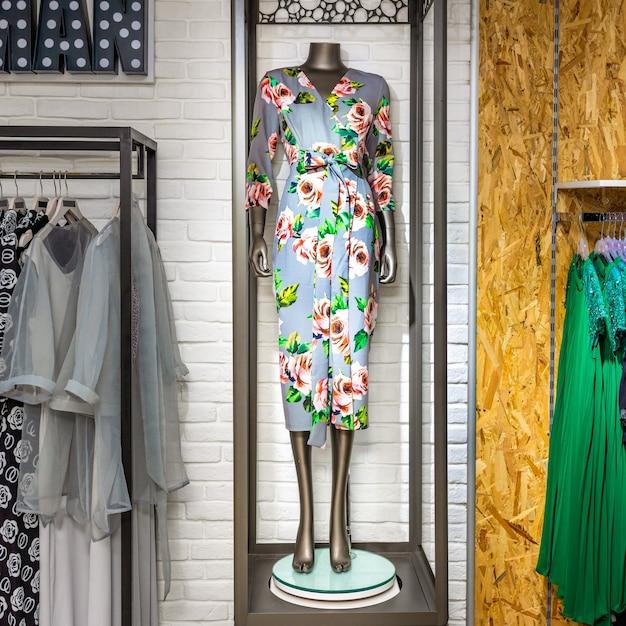 Ein damenmodegeschäft mit mannequin, das den neuesten trend anzeigt Premium Fotos