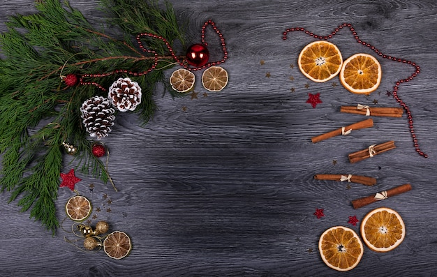Ein dunkler hölzerner hintergrund mit weihnachtsdekor und kopienraum für text Premium Fotos