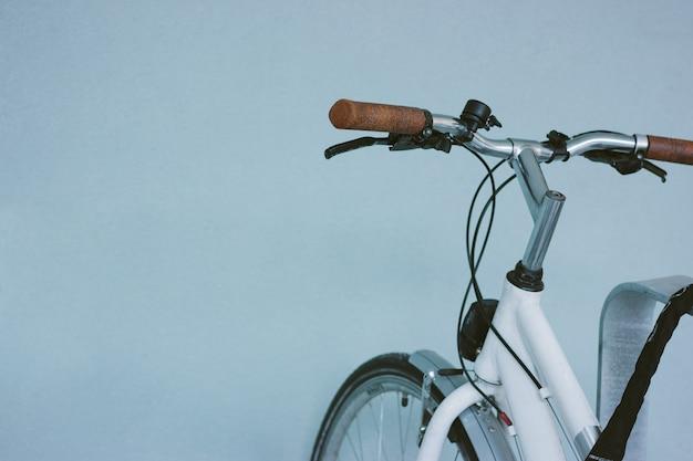 Ein fahrrad parkt in der nähe einer leeren blauen wand auf der straße. Premium Fotos
