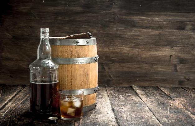 Ein fass scotch whisky mit glas und einer zigarre Premium Fotos