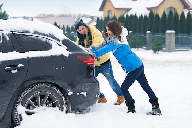 Ein festgefahrenes auto in der schneeverwehung ist für uns ein großes problem Kostenlose Fotos