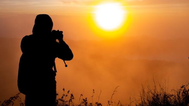 Ein fotograf fotografiert den sonnenaufgang auf dem vulkan batur. bali, indonesien Kostenlose Fotos