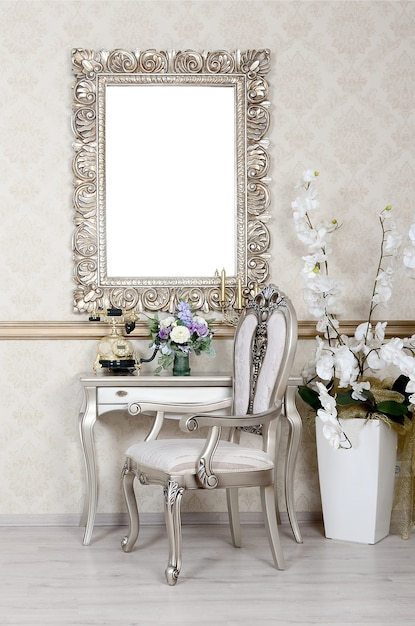 Ein fragment eines retro-interieurs mit einem stuhl und einem tisch, auf dem sich ein telefon und eine blumenvase befinden Premium Fotos