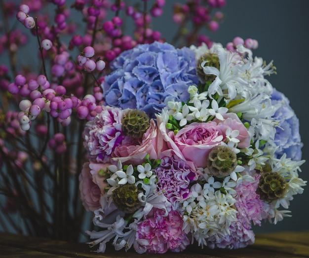 Ein gemütliches, hübsches bouquet aus blau-lila blütenkombinationen. Kostenlose Fotos