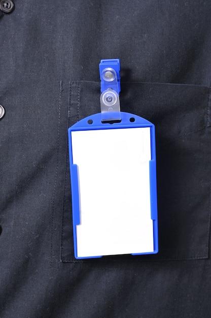 Ein geschäftsmann, der ein leeres namensschild trägt. sie können ihr design auf das tag setzen Premium Fotos