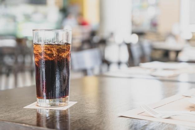 Ein glas cola im restaurant Premium Fotos