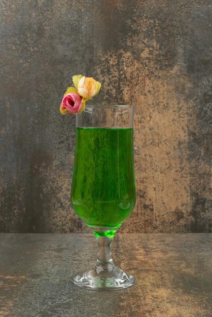Ein glas saftige grüne limonade und rosen auf marmorhintergrund. Kostenlose Fotos