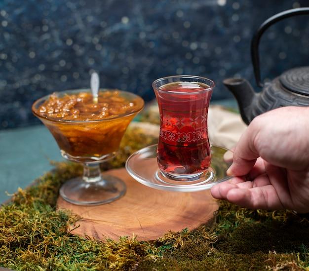 Ein glas tee mit confiture trinken Kostenlose Fotos