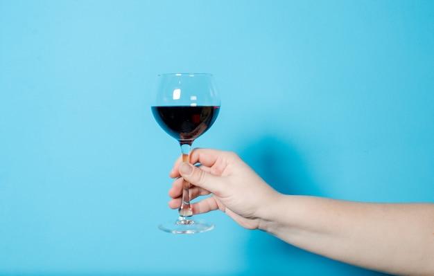 Ein glas wein in der hand einer frau. alkoholparty. Premium Fotos