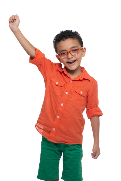 Ein glücklicher junger sieger-junge, der seinen erfolg feiert Premium Fotos