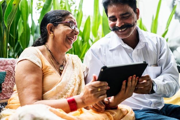 Ein glückliches indisches paar, das zusammen zeit verbringt Kostenlose Fotos