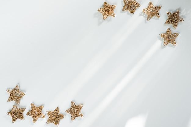 Ein goldener weihnachtsstern getrennt. weihnachten frame hintergrund Premium Fotos