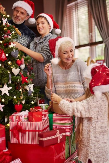 Ein großer spaß beim ankleiden eines weihnachtsbaumes Kostenlose Fotos