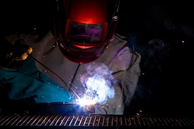 Ein handwerker schweißt mit werkstückstahl. Premium Fotos