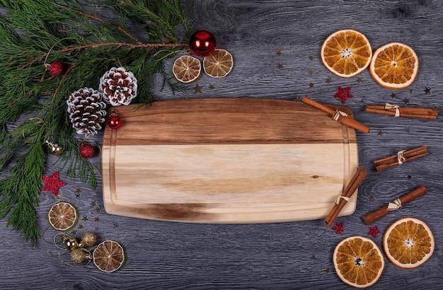 Ein hölzernes brett mit kopienraum für text mit weihnachtsdekor Premium Fotos