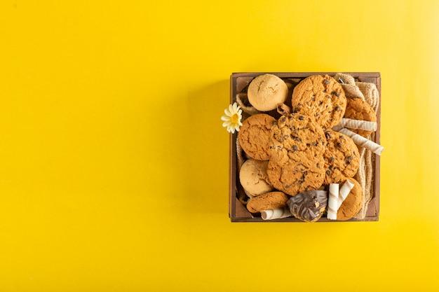 Ein holztablett mit keksen auf gelb Kostenlose Fotos