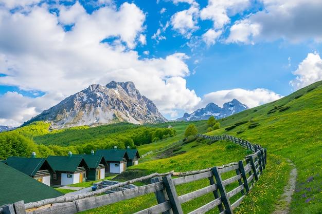 Ein hotel zur erholung inmitten des komovi-gebirges in montenegro Premium Fotos