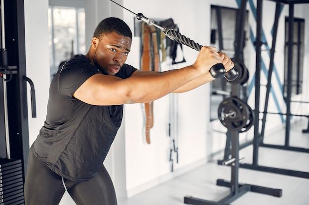 Ein hübscher schwarzer mann nimmt an einer turnhalle teil Kostenlose Fotos
