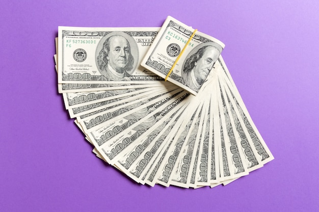 Ein hundert-dollar-währungsfanabschluß oben, draufsicht des geschäftskonzeptes auf farbigem hintergrund mit kopienraum Premium Fotos